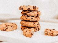 Рецепта Класически бисквитки с шоколадов чипс (топчета)